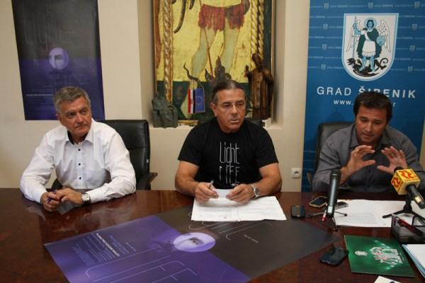 Gradonačelnik Željko Burić, idejni začetnik projekta Zoran Lučić i Dino Karađole, predsjednik TZ-a na današnjem predstavljanju projekta Light is Life