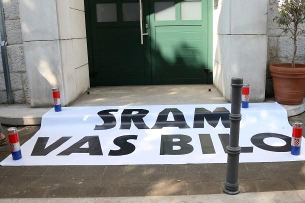 Transparent su ostavili pred gradskom upravom u Vodicama (Foto: H. Pavić)