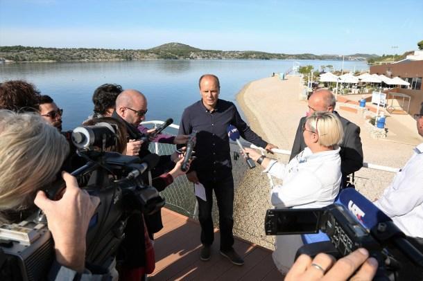 Konferencija za novinare SDP-a na plaži Banj (Foto: Tris/H. Pavić)