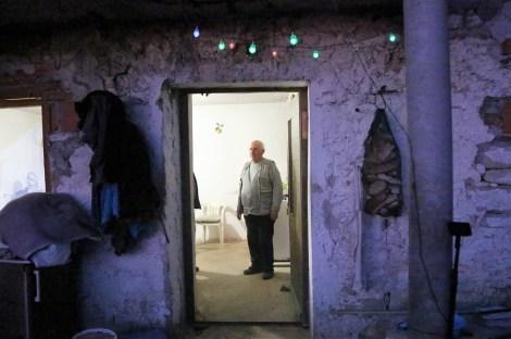 Blagdanske svjećice i Jovan u osvijetljenoj kući