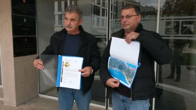 Miroslav Motušić i Branimir Vlahov, dopredsjednik i predsjednik udruge Burni Prvić ispred zgrade Županije (Foto: TRIS)