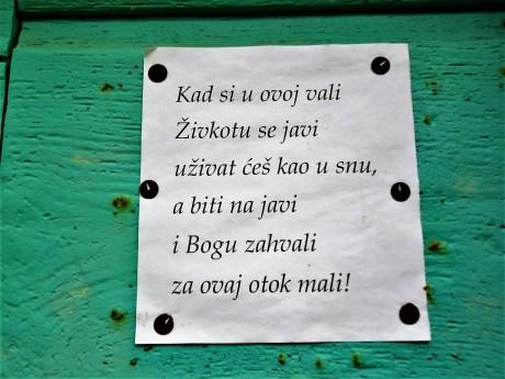 Natpis na vratima jedne kuće u biševskoj uvali Salbunari (foto TRIS/G. Šimac)