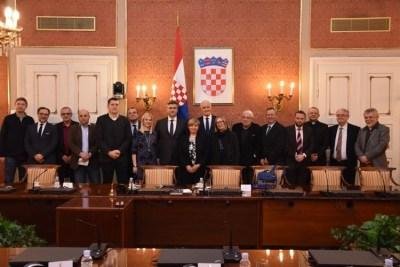 Suočavatelji s prošlošću na grupnoj fotografiji (foto Vlada RH)