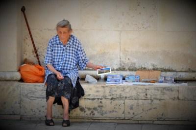 Prodavačica razglednica u Šibeniku (foto TRIS/G. Šimac)