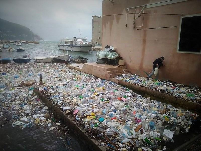 Plastično smeće pluta u dubrovačkoj luci (foto Facebook)