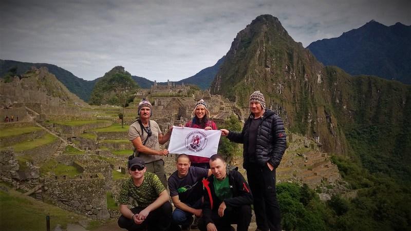 Klasična turistička fotogrtafija s klupskom zastavom na Macchu Picchu