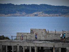 Budalasti turisti na ruševnom krovu (foto TRIS/G. Šimac)