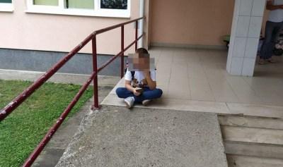 Ilustracija: Fotografiija koja je potresla Hrvatsku - dječak sjedi i plače ispred škole jer mu prvog dana nije osiguran pomoćnik u nastavi (foto Facebook)