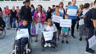 Prosvjed u Kninu: 'I ministrica ima pomoćnika! S poteškoćama možemo živjeti, s nepravdom ne!'