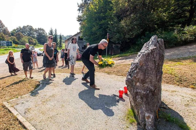 HND: Cvijeće na spomenicima Gordanu Ledereru i ruskim novinarima ubijenima 1991. godine