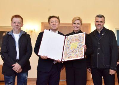 Tzv. 'Prljavci' i predsejdnica države zajedno s Poveljom RH (foto predsjednica.hr)