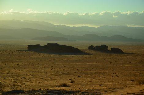 Uzvišenja u pustinj izdižu se iz pijeska kao otoci iz mora (foto: Joso Gracin Joka/Nina Živković)
