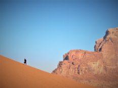 Beduin na brdu pijeska (foto TRIS/G. ŠIMAC)