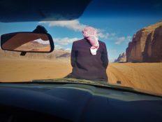 Beduin koji je stiopirao u pustinji vozi se na 'haubi' (foto TRIS/G. ŠIMAC)