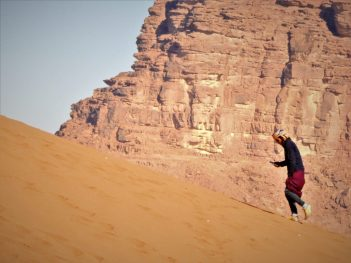 Beduin šeta i surfa (foto TRIS/G. ŠIMAC)