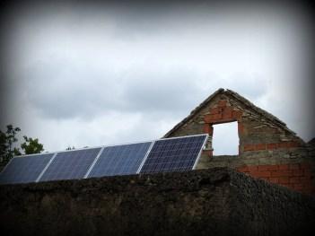Solarna ploča na ruševini (foto TRIS/G. Šimac)