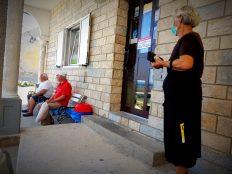 Ispred dućana, čeka se kruh s kopna (foto TRIS/G. Šimac)