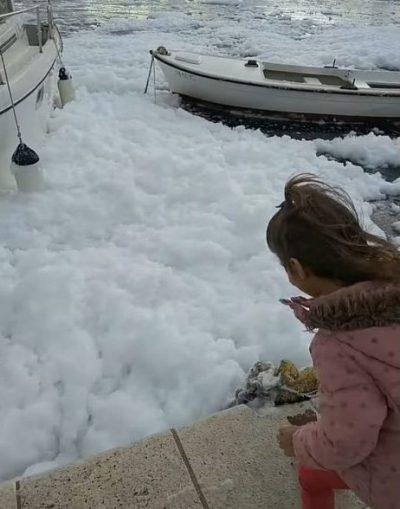 Mega pjena-party u filmu katastrofe: Zapjenilo more u Vranjicu – nekadašnjoj 'Maloj Veneciji', a danas žrtvi bezidejnih i neodgovornih štetočina