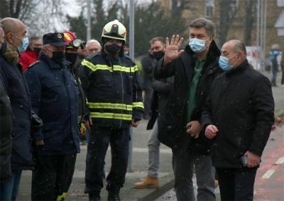 A. Plenković i T. Medved nisu propustili gledanje skidanja kape zvonika u Sisku (foto Vlada RH)