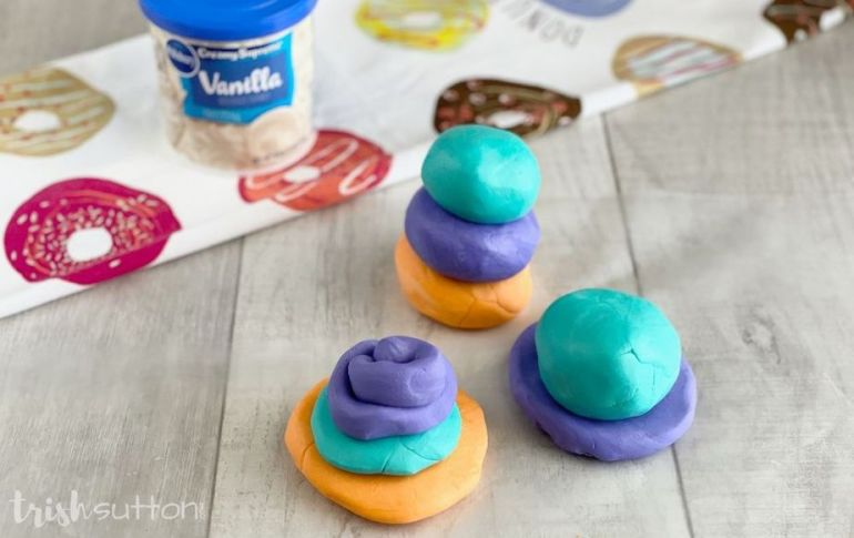 Create fun that you can eat with this Edible Play Dough Frosting Recipe! There are only three ingredients required to make up this simple DIY for kids.