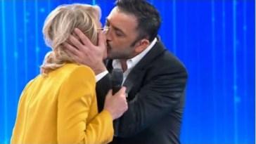 Amici 2021,Pio e Amedeo pomiciata ,bacio a stampo con Maria De Filippi .