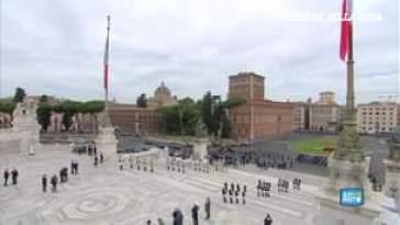 Festa della Repubblica, il Presidente Sergio Mattarella depone una corona d'alloro all'Alt…
