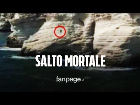 Salta da una scogliera alta 36 metri ma finisce su una barca di turisti: morto sul colpo