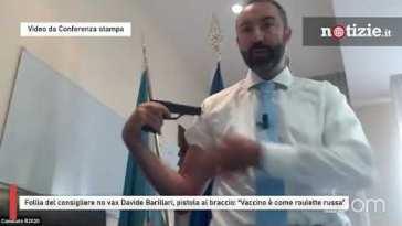 """Follia del consigliere no vax Davide Barillari, pistola al braccio: """"Vaccino è come roulette russa"""""""