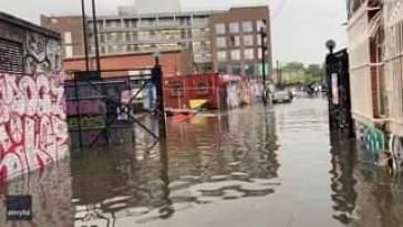 Un Kayak naviga per le vie di Londra allagata a causa dei temporali