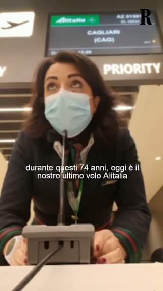 Nell'ultimo giorno di voli per Alitalia, una hostess a Fiumicino ha fatto un annuncio comm…