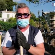 """""""Non voglio il reddito di cittadinanza gratuito"""", così Paolo da volontario pulisce le strade"""