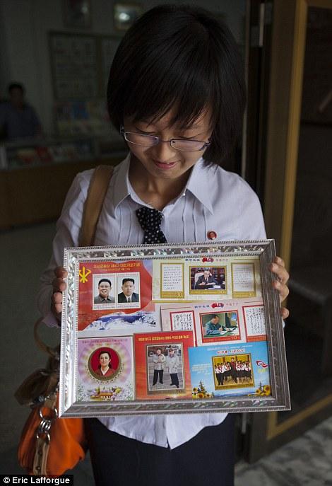 Kim rất hào hứng khoe bộ sưu tập tem về các thế hệ lãnh đạo của Bắc Triều Tiên. (Ảnh: Daily Mail)