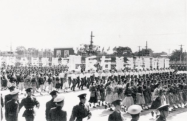 Một cuộc diễu hành trong những năm 1950 biểu thị sự ủng hộ đối với phong trào của đảng Cộng sản Trung Quốc. (Ảnh: internet)