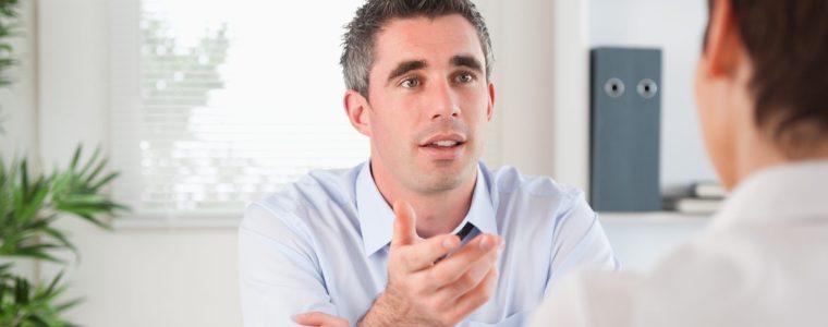Waarom aanspreken moeilijker is als je leidinggeeft (en macht hebt)