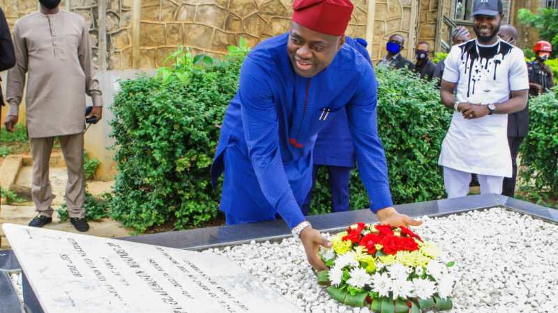 Oyo state governor, Seyi Makinde remembers father, visits his graveside