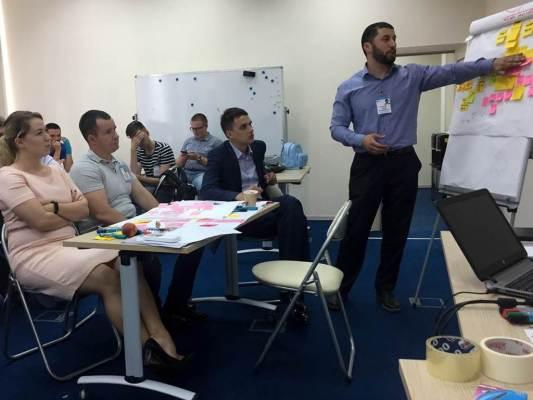 Сотрудники РусГидро обсуждают бизнес задачи