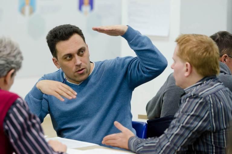 Сотрудники обсуждают задачу в центре корпоративного обучения