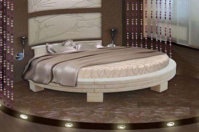 Yatak odasında yuvarlak yatak - fotoğraf