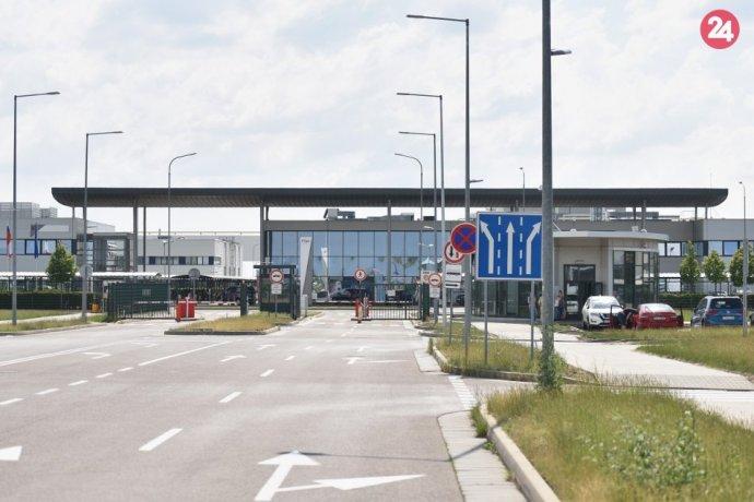 Ilustračný obrázok k článku Poplach v Trnavskej automobilke: Pre nahlásenú bombu evakuovali 1000 zamestnancov