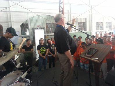 Rolf Strømmen forkynner for innsatte i San Fernando fengsel