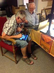 Mads Lauritsen og Bertel Jensen i gang med digitaliseringsarbejdet.