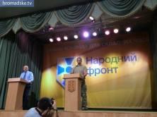 Vasemmalla puhemies Oleksandr Turchinov, oikealla Andriy Biletsky. Vaalit voittaneen pääministeri Jatsenjukin 'Kansan Rintama'-puolueen puoluekokous.