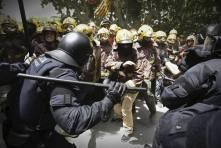 Espanja 2013, Barcelona Valtion virkamiehet taistelevat työpaikoistaan. Poliisit vs palomiehet, kummatko Soini, Sipilä ja Stubb erottavat ensin?