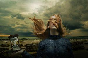 砂時計をもった女性
