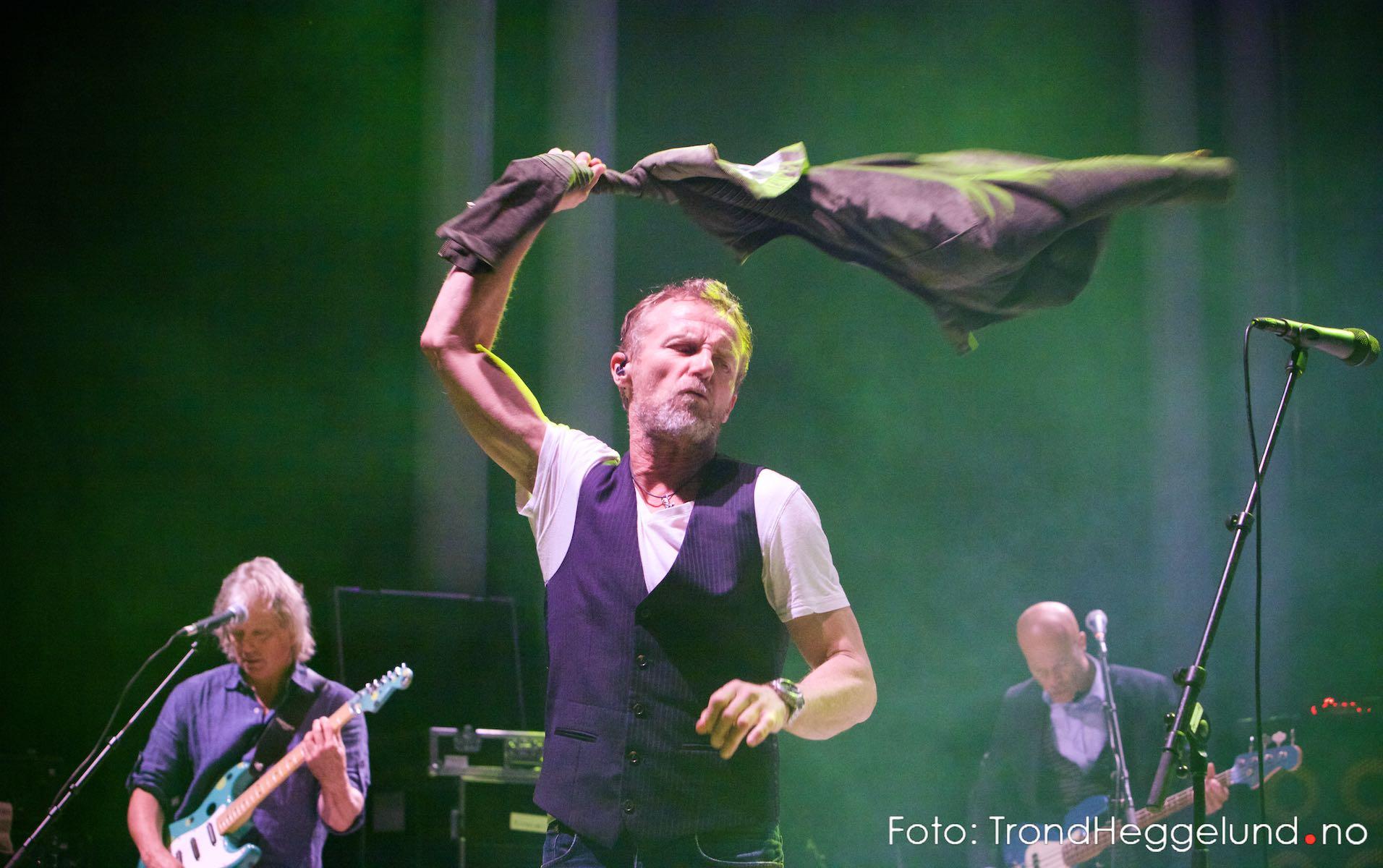 Jo Nesbø kastet jakka på Di Derre-konsert