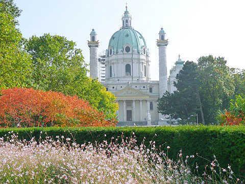 Nhà thờ thánh Karl, một kiến trúc Baroque thế kỷ 18 nổi bật trên nền hoa nhiều màu sắc.