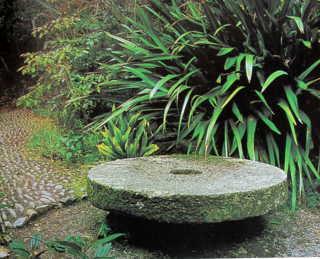 Chỗ ngồi bằng tấm thớt cối có tác dụng tầng thêm cảm giác tĩnh mịch cho khu vực