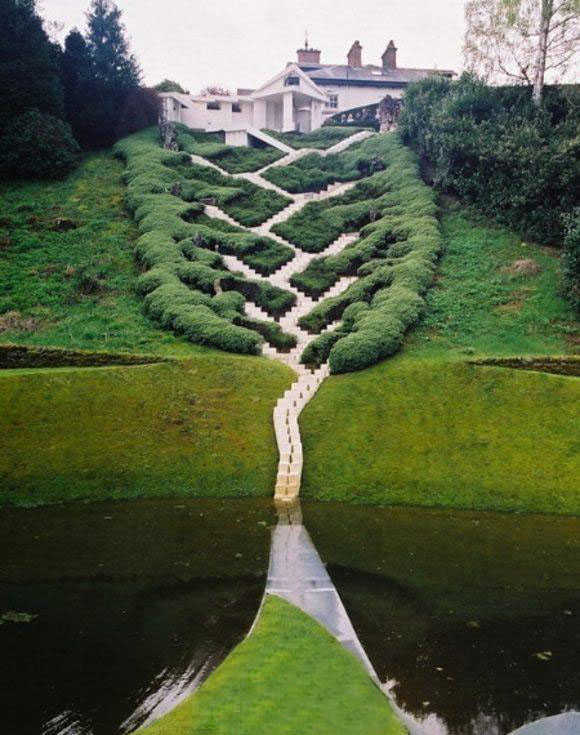 Khu vườn cạnh khu nhà bếp, ban đầu bao gồm 6 hình chữ nhật, sau đó được xây dựng thành một khu vườn ADN.
