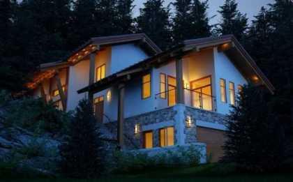 Căn nhà này lại được thiết kế theo phong cách truyền thống với mái dốc và cột cỗ.