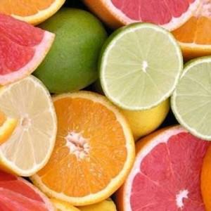 Vitamin C trong cam và chanh tăng sản lượng collagen tự nhiên.